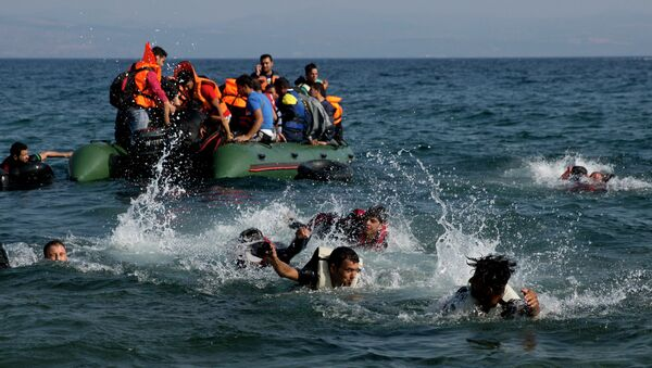 Migrant whose boat stalled at sea while crossing from Turkey to Greece swim to approach the shore of the island of Lesbos, Greece, on Sunday, Sept. 20, 2015 - Sputnik Mundo