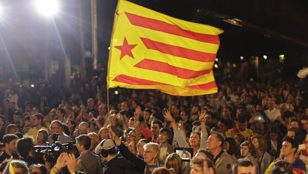 Una bandera catalana en Barcelona - Sputnik Mundo