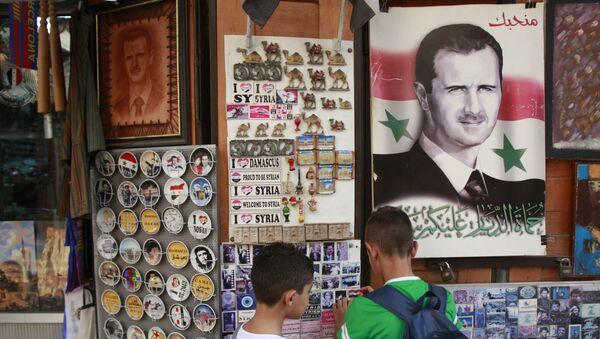 Póster con el rostro de Bashar Asad - Sputnik Mundo
