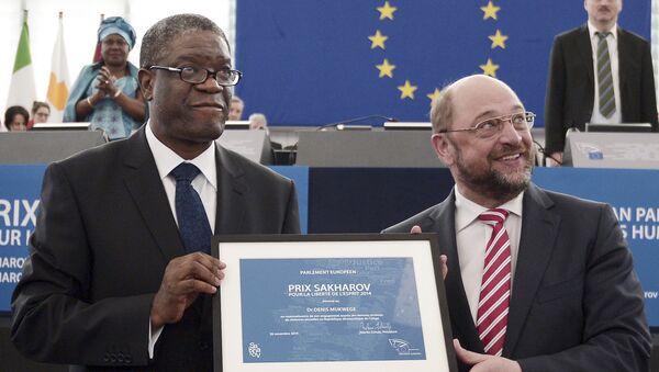 Denis Mukwege, ganador del Premio Sájarov 2014, y Martin Schultz, presidento del parlamento Europeo (archivo) - Sputnik Mundo