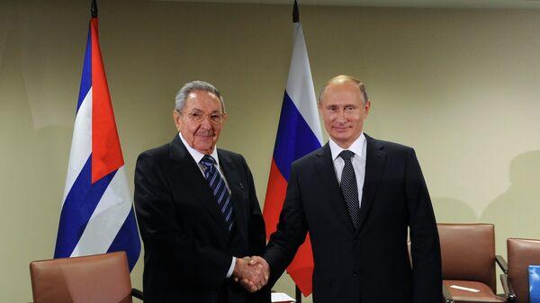 El presidente de Rusia, Vladímir Putin, y su homólogo cubano, Raúl Castro - Sputnik Mundo