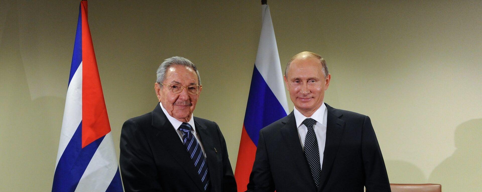 El presidente de Rusia, Vladímir Putin, y su homólogo cubano, Raúl Castro - Sputnik Mundo, 1920, 03.06.2021