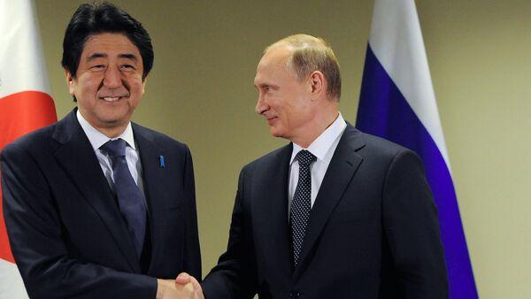 Presidente de Rusia, Vladímir Putin y primer ministro de Japón, Shinzo Abe - Sputnik Mundo