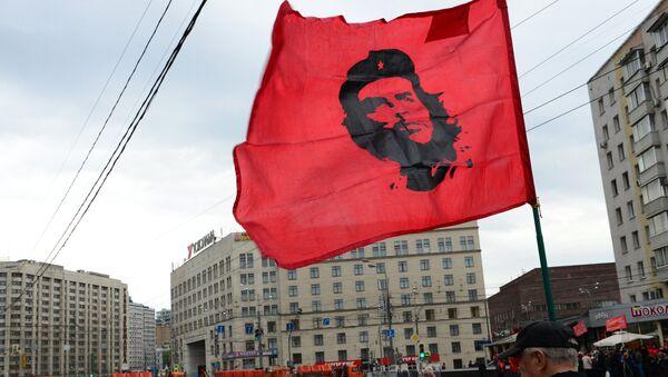 Bandera con el retrato de Ché en el mitin del Partido Comunista ruso en Moscú - Sputnik Mundo