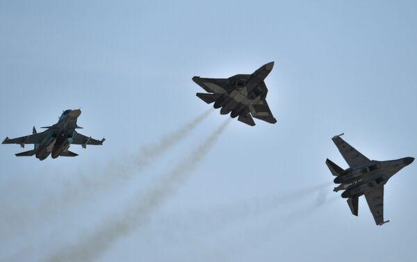 Cazas Su-34, T-50 y Su-35 - Sputnik Mundo