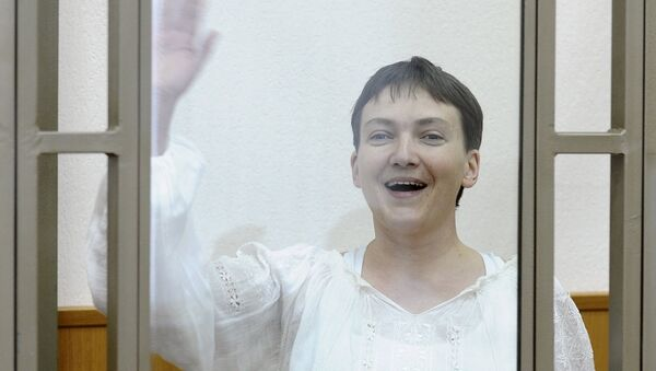 Ukrainian military pilot Nadezhda Savchenko gestures inside a glass-walled cage as she attends a court hearing in the southern border town of Donetsk in Rostov region, Russia, September 29, 2015 - Sputnik Mundo