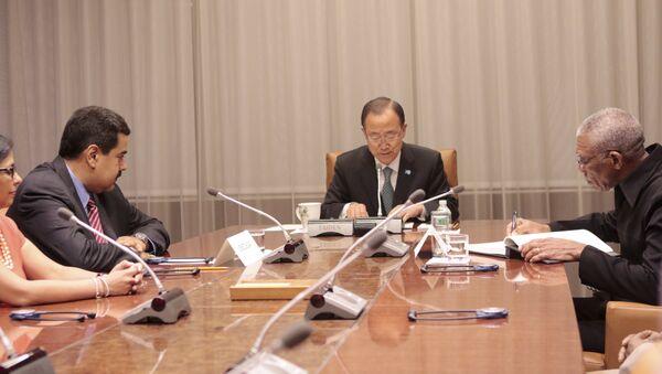 El presidente de Venezuela, Nicolás Maduro (izda.), el secretario general de la ONU, Ban Ki-moon, y el presidente de Guyana, David Granger, durante la reunión en la ONU - Sputnik Mundo