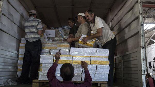 Descarga los productos del convoy humanitario ruso - Sputnik Mundo