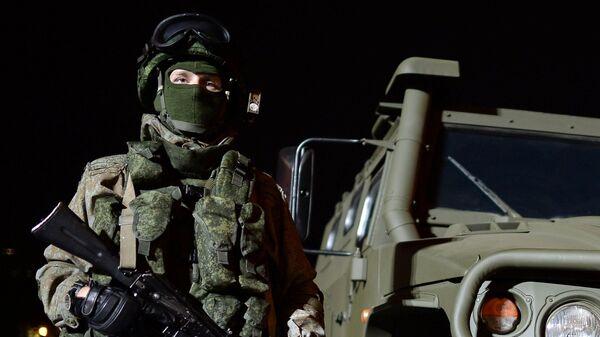 Soldado ruso en el equipo de combate Rátnik - Sputnik Mundo