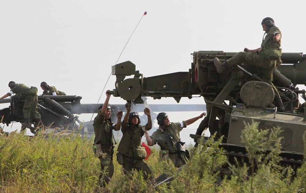Militares durante las competiciones de la artillería autopropulsada de las fuerzas terrestres