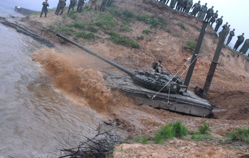El carro de combate T-72 cruza un río