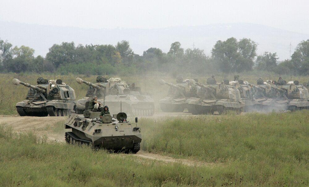 La artillería autopropulsada saliendo a las posiciones de tiro en los ejercicios tácticos en la República de Chechenia
