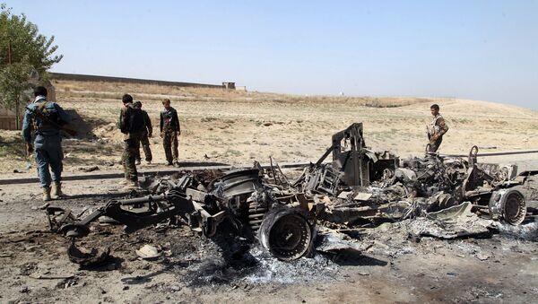Militares de las Fuerzas de seguridad de Afganistán cerca de un coche quemado, la ciudad de Kabul - Sputnik Mundo