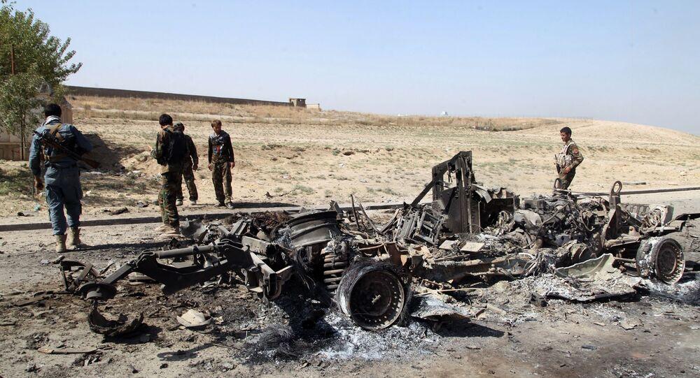 Militares de las Fuerzas de seguridad de Afganistán cerca de un coche quemado, la ciudad de Kabul