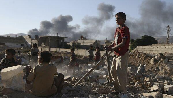 Niños sirios inspeccionan los escombros de una casa en la provincia de Damasco - Sputnik Mundo