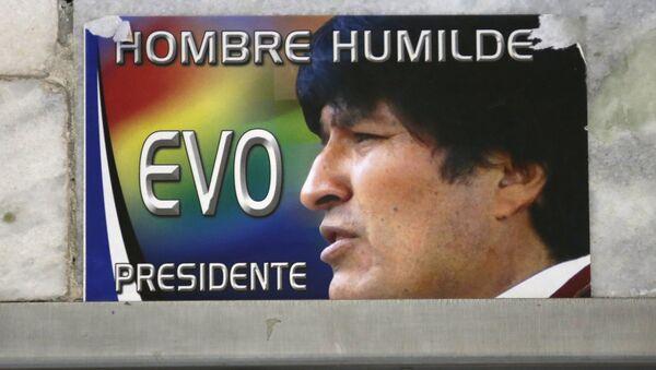 Un cartel con un retrato de Evo Morales - Sputnik Mundo