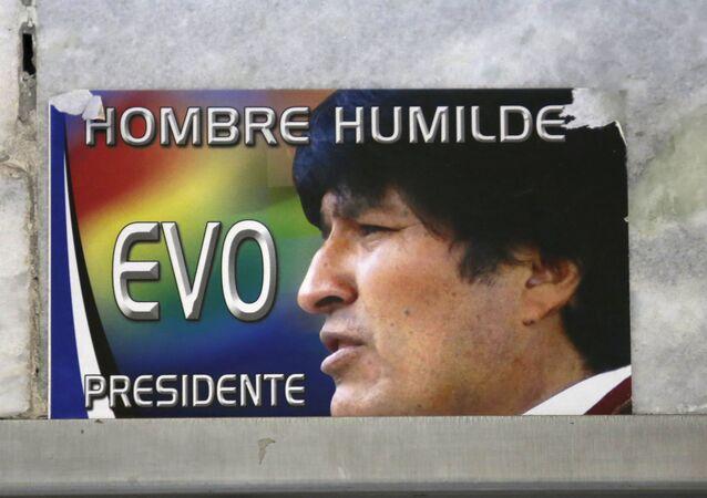 Un cartel con un retrato de Evo Morales