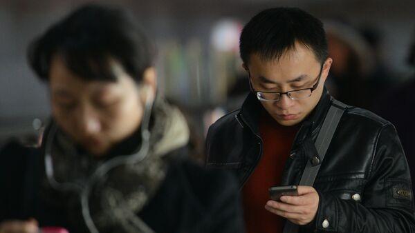 Los chinos están usando sus móviles - Sputnik Mundo