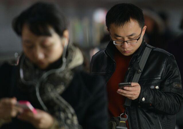 Los chinos están usando sus móviles