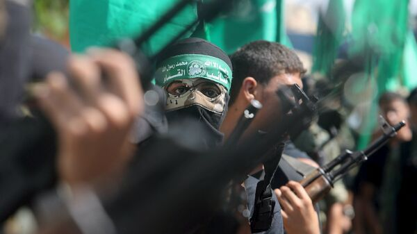 Palestinian Hamas militants take part in a protest against the Israeli police raid on Jerusalem's al-Aqsa mosque on Tuesday, in Khan Younis in the southern Gaza Strip, September 18, 2015. - Sputnik Mundo