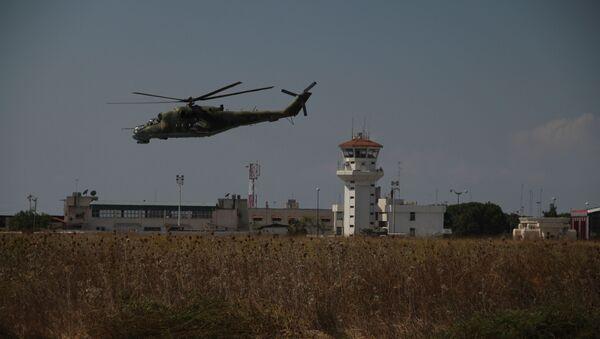 Helicóptero ruso vuela sobre la base Hmeymim en la provincia de Latakia, Siria - Sputnik Mundo