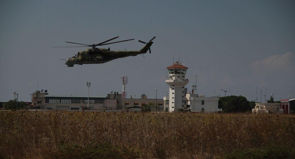 Helicópteros rusos vuelan sobre la base Hmeymim en Siria (archivo)