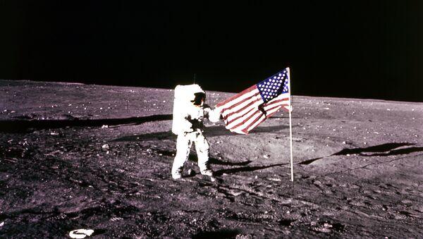 Astronauta americano Charles Pete Conrad descendió a la superficie de la Luna en Noviembre de1969. - Sputnik Mundo