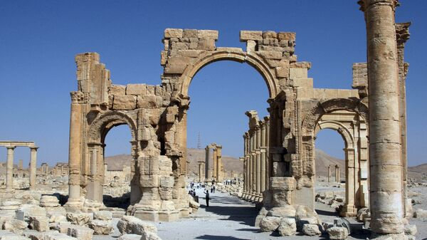 A file picture taken on June 19, 2010 shows the Arch of Triumph among the Roman ruins of Palmyra - Sputnik Mundo