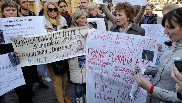 Familiares de los combatientes ucranianos demandan la renovación del proceso del canje - Sputnik Mundo