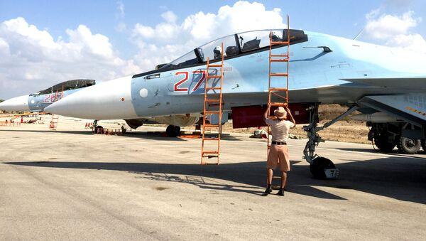 Cazas rusos Sukhoi Su-30 en el aeródromo de Hmeymim, Siria - Sputnik Mundo