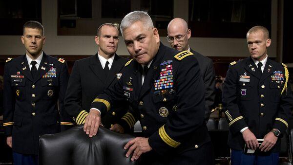 John Campbell, jefe de la misión de la OTAN en Afganistán (centro) - Sputnik Mundo