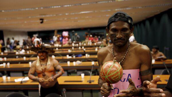 Los indígenas protestan en el Congreso Nacional de Brasil, el 5 de octubre, 2015 - Sputnik Mundo