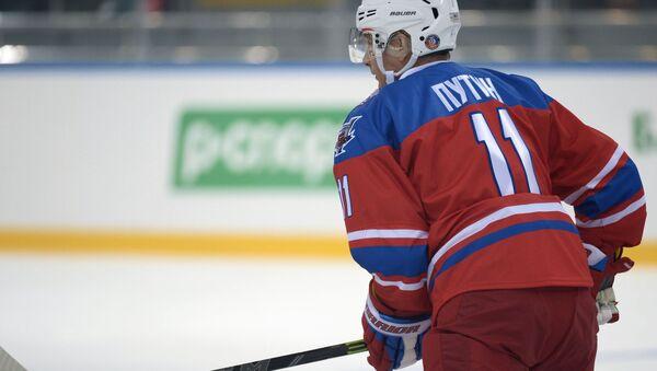 Президент РФ Владимир Путин принимает участие в хоккейном матче - Sputnik Mundo