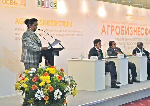 Ministra de Agricultura y Ganadería de Brasil, Kátia Abreu, durante la inauguración de la 17ª Exposición Agroindustrial Otoño Dorado en Moscú