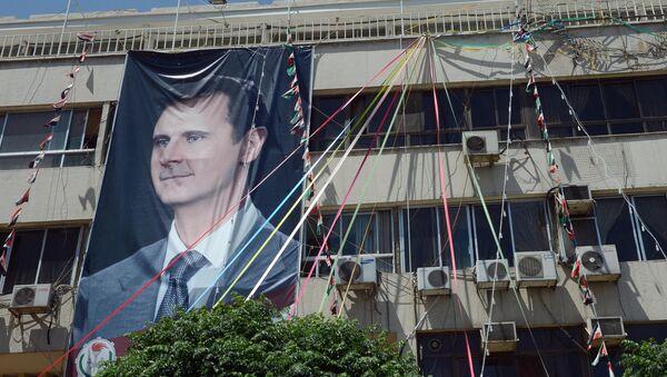 Bandera con una imagen de Bashar Asad, presidente de Siria - Sputnik Mundo