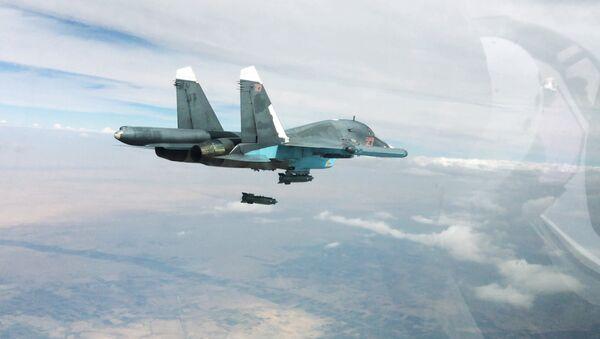 Bombardero táctico Su-34 durante una operación aérea contra las posiciones del EI en Siria - Sputnik Mundo