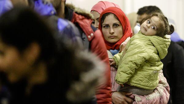 Una refugiada con su hija en la estación Berlín-Schoenefeld - Sputnik Mundo