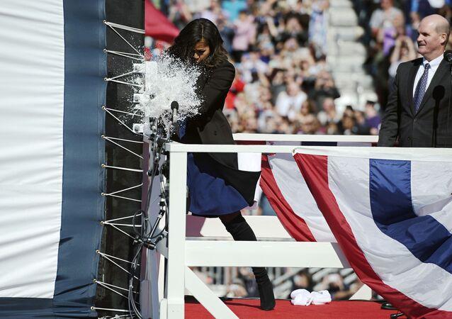 La esposa del presidente de EEUU logró romper la botella de champaña sólo en el tercer intento