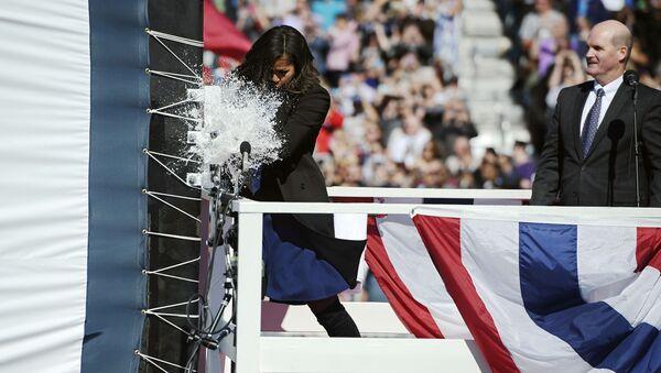 La esposa del presidente de EEUU logró romper la botella de champaña sólo en el tercer intento - Sputnik Mundo
