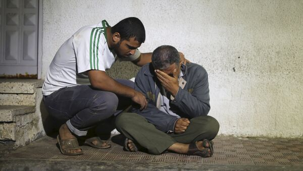 Relatives react outside a hospital morgue after a three-year-old Palestinian girl and her mother were killed after their house was brought down by an Israeli air strike in Gaza - Sputnik Mundo