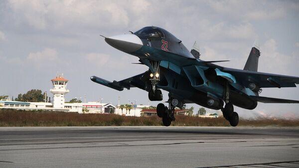Su-34 ruso despega desde la base aérea de Hmeymim en Siria (archivo) - Sputnik Mundo