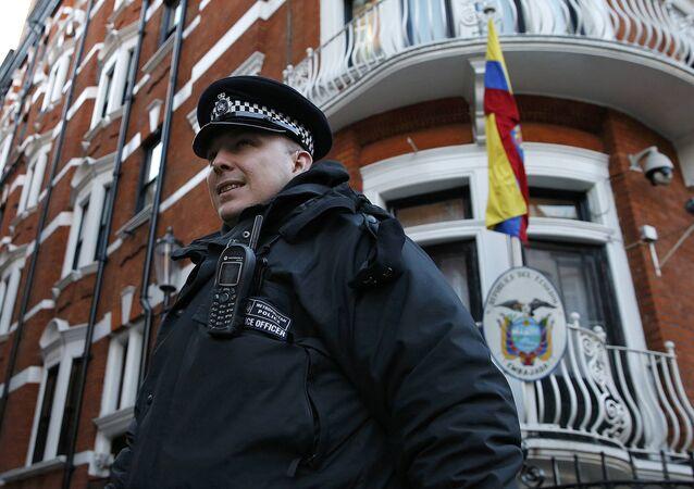 Policía delante de la Embajada de Ecuador en Londres