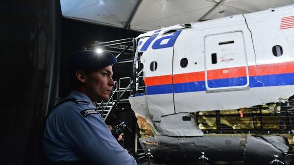 Представление доклада об обстоятельствах крушения лайнера Boeing 777 Malaysia Airlines (рейс MH17) на Востоке Украины 17 июля 2014 года на военной базе Гилзе-Рейен в Нидерландах - Sputnik Mundo