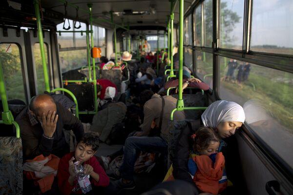 Acogida poco cariñosa. Inmigrantes en Europa - Sputnik Mundo