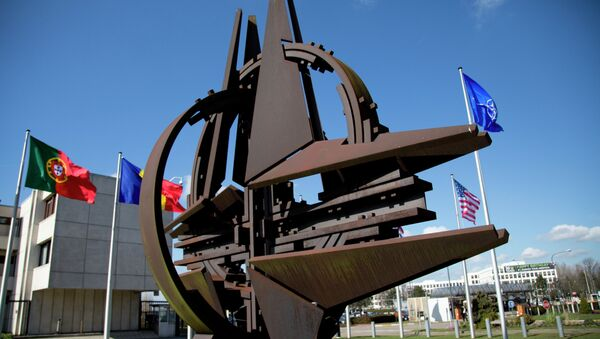 Emblema de la OTAN cerca de la sede en Bruselas, Bélgica - Sputnik Mundo