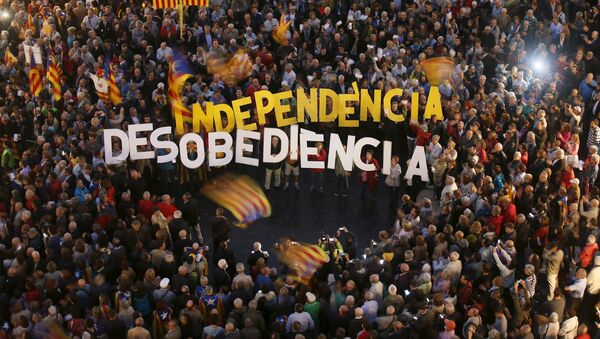 People protest against the decision by Catalonia's Supreme Court regarding the 9N consultation at Sant Jaume square in Barcelona - Sputnik Mundo