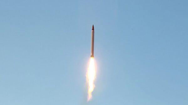 Irán prueba un misil balístico (archivo) - Sputnik Mundo