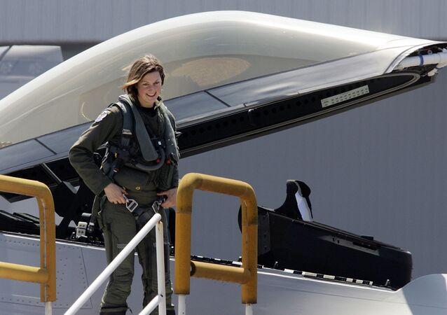 Flores del cielo: mujeres pilotos de cazas