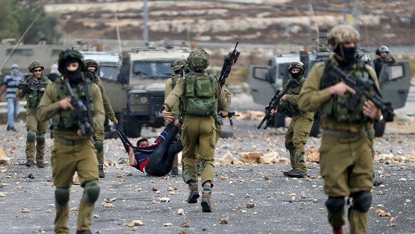 Soldados israelíes detienen un protestante palestino (Archivo) - Sputnik Mundo