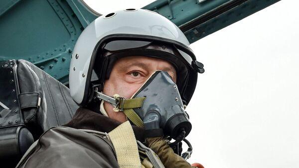 Petró Poroshenko, presidente de Ucrania, en la cabina del avión Su-27 modernizado - Sputnik Mundo